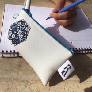 Rhapso Couture trousse simili cuir blanc avec hexagone fleurs et fermeture éclaire bleue